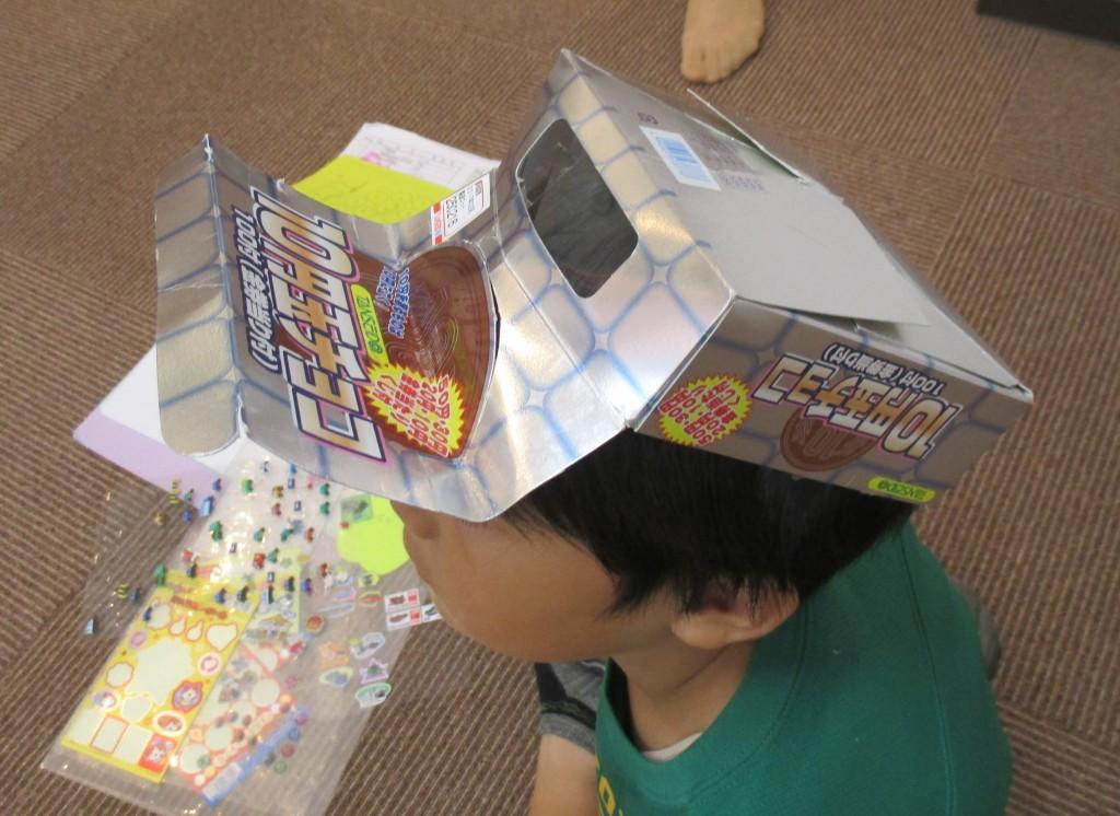 かっこいい帽子でしょ!! お菓子の箱が帽子になりました。中山智貴 年長